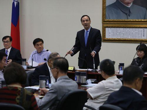 KMT Chairman Eric Chu (standing / CNA file photo)