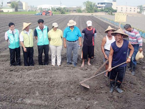 A piece of land in Taichung being prepared for growing non-GM crops, CNA file photo