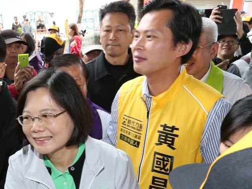 New Power Party candidate Huang Kuo-chang (in yellow vest) campaigns with DPP Chairwoman Tsai Ing-wen.