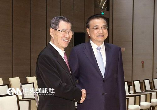 Chinese Premier Li Keqiang (right) and former Vice President Vincent Siew (left)