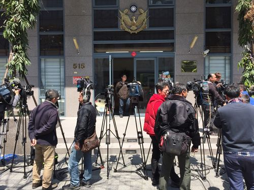 Reporters wait to be briefed on the crime outside a police station in Neihu, Taipei, Monday.