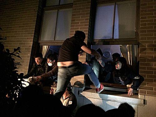 Portesters break into the Executive Yuan building. (CNA photo March 23, 2014)