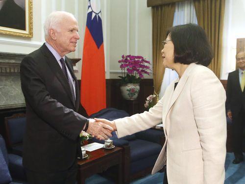 President Tsai Ing-wen receives U.S. Senator John McCain in the Presidential Office.