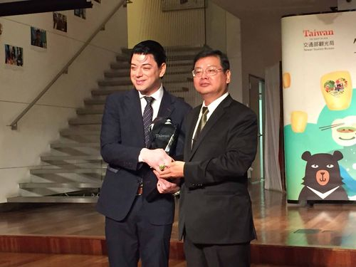Chang Hsi-tsung (right), deputy director-general of the Tourism Bureau, and fashion designer Malan Breton.