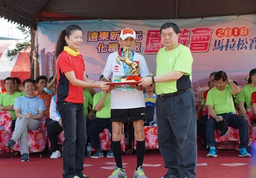 Kuo Ting-hu (C) gets a trophy from Douglas Hsu (R). Photo courtesy of Hsinchu County government.