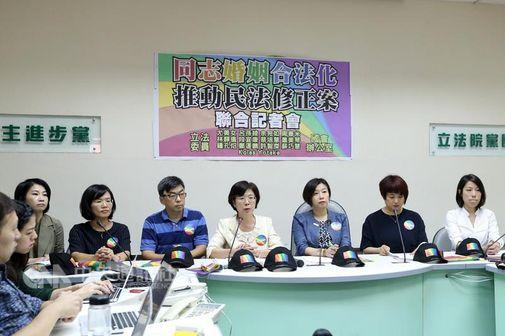 Yu Mei-nu (尤美女, fourth right)
