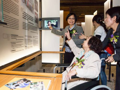 A former Taiwanese comfort woman tours the    museum that opens Saturday. (Photo courtesy of Taipei Women