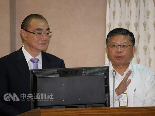 Chang Guan-chung (張冠群, right), president of the National Chung-Shan Institute of Science and Technology (NCSIST) (CNA file photo)