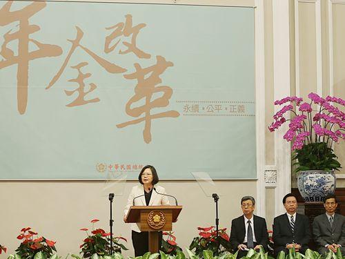 President Tsai Ing-wen (蔡英文, left)