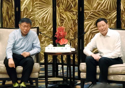 Taipei Mayor Ko Wen-je (柯文哲, left) and  Shanghai Mayor Ying Yong (應勇)