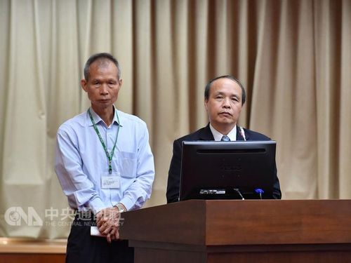 Customs Administration Director-General Liao Chao-hsiang (廖超祥, left)