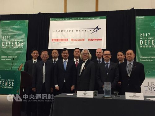 Taiwan Defense Industry Association head Han Pi-hsiang (韓碧祥, front center) and U.S.-Taiwan Business Council President Rupert Hammond-Chambers (韓儒伯, front second right)