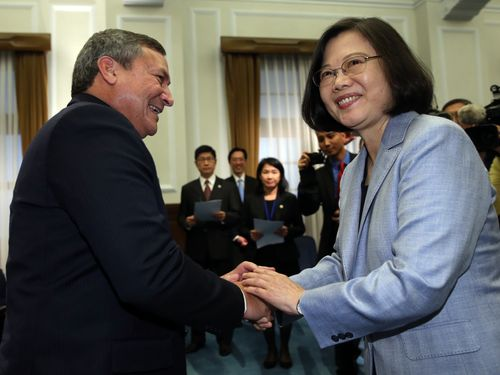 President Tsai Ing-wen (蔡英文, right) welcomed Guam Governor Eddie Calvo (left) and his delegation at the Presidential Office on Friday