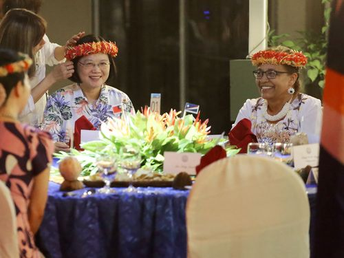 President Tsai Ing-wen (蔡英文, left) and Marshall Islands President Hilda Heine (right)