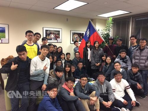 Taiwanese students whom achieved excellent results participating in iGEM pose with the Taiwan flag. (Photo courtesy of Taipei Economic and Cultural Office in Boston)