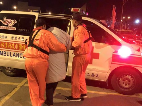 The Coast Guard Administration provided hot ginger soup and blankets for the fishermen before sending them to hospital for medical checkups. (Photo courtesy of the Coast Guard Administration)