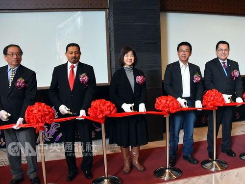 National Palace Museum Deputy Director Lee Ching-hwi (李靜慧, third left)