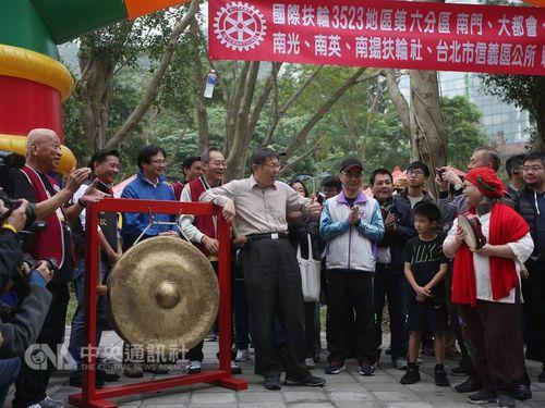 Taipei Mayor Ko Wen-je (柯文哲, center)