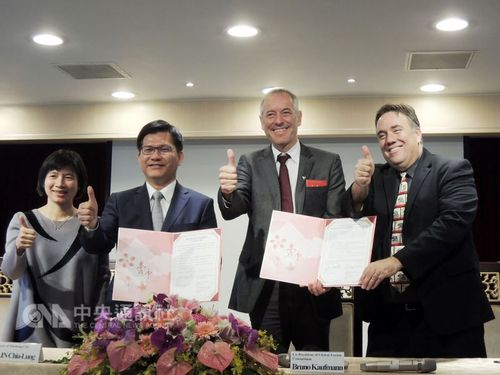 Taichung Mayor Lin Chia-lung (林佳龍, second left), Bruno Kaufmann (second right) and Joe Mathews (right)