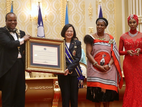 President Tsai Ing-wen (second left) meets with  Swaziland