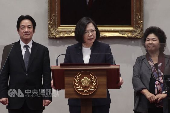 President Tsai Ing-wen (蔡英文, center), Premier Lai Ching-te (賴清德, left) and Presidential Office Secretary-General Chen Chu (陳菊, right)