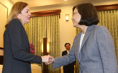 President Tsai Ing-wen (蔡英文, right) and Marie Royce (left); CNA file photo