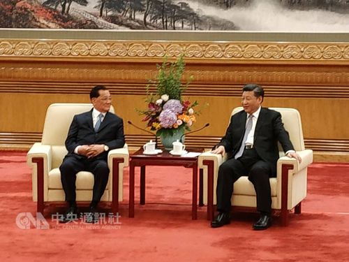 Chinese President Xi Jinping (習近平, right) and former Kuomintang Chairman Lien Chan (連戰, left)