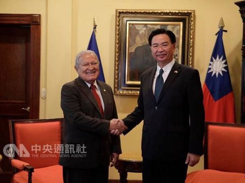 Foreign Minister Joseph Wu (吳釗燮, right) and El Salvador President Salvador Sánchez Cerén (left) / photo courtesy of the Ministry of Foreign Affairs