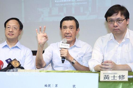 Former President Ma Ying-jeou (馬英九, center) and former Premier Jiang Yi-huah (江宜樺, left)