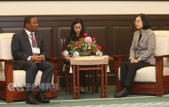 Mgwagwa Gamedze (left) and President Tsai Ing-wen (蔡英文, right) / CNA file photo
