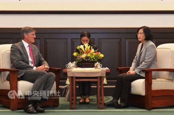 President Tsai Ing-wen (蔡英文, right) and Citigroup CEO Michael L. Corbat (left)