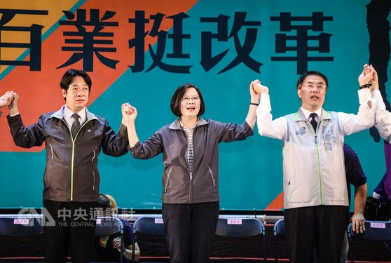 President Tsai Ing-wen (蔡英文, center) and Premier Lai Ching-te (賴清德, left) / photo courtesy of the Democratic Progressive Party