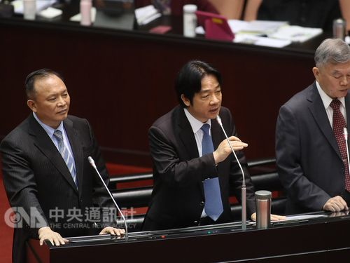 Lai-Ching-te (賴清德, center)
