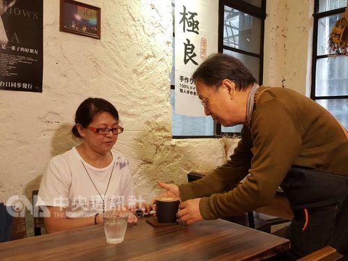 Chang Hung-cheng (張宏成, right)