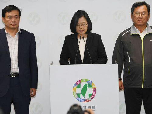 President Tsai Ing-wen (蔡英文, center)