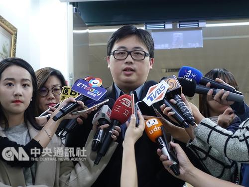 Taipei City spokesman Liu Yi-ting (劉奕霆, center)
