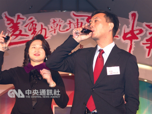 Taiwanese entrepreneur Kenneth Yen (嚴凱泰, right) and his wife Yen Chen Li-lien (嚴陳莉蓮) / CNA file photo