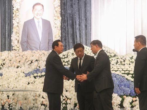 Chen Yunlin (陳雲林, left)