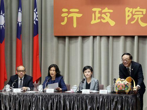 Kolas Yotaka (谷辣斯‧尤達卡, second left) and Cheng Li-chiun (鄭麗君, second right)
