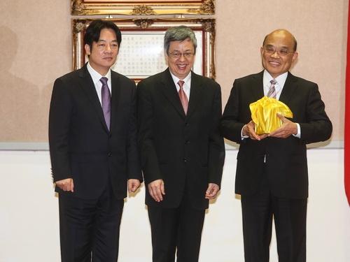 Premier Su Tseng-chang (蘇貞昌, right)