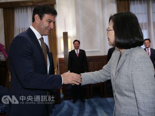 President Tsai Ing-wen (蔡英文, right)  and Silvio Ovelar.