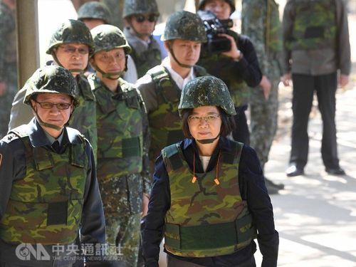 President Tsai Ing-wen (蔡英文, front, right)