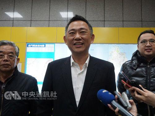 Kinmen Magistrate Yang Cheng-wu (楊鎮浯, center)