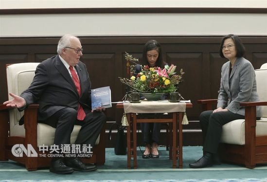 President Tsai Ing-wen (蔡英文, right) and Edwin J. Feulner Jr. (left)