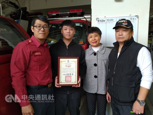 Cheng Yu-chung (second left)/Photo courtesy of the Fire Department