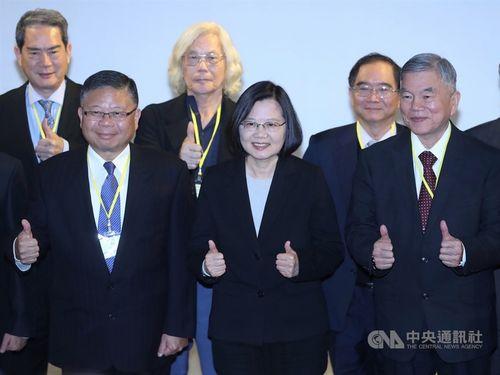 President Tsai Ing-wen (蔡英文, front, center)