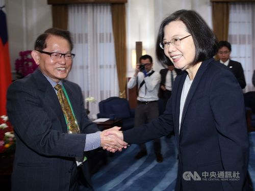 President Tsai Ing-wen (蔡英文, front, right)
