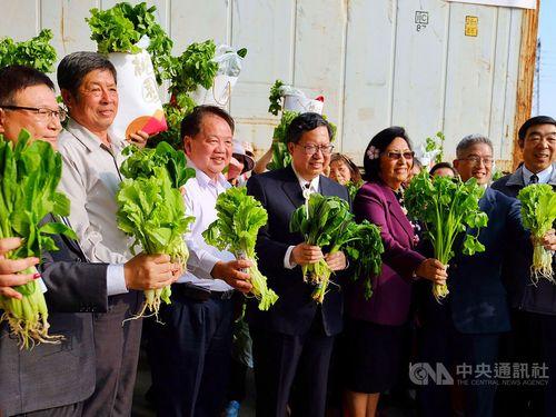 Lin Hsueh-ming (林學銘, left), Li Chuan-tien (李傳添, second left), Taoyuan Mayor Cheng Wen-tsan (鄭文燦, center) and Marshall Islands