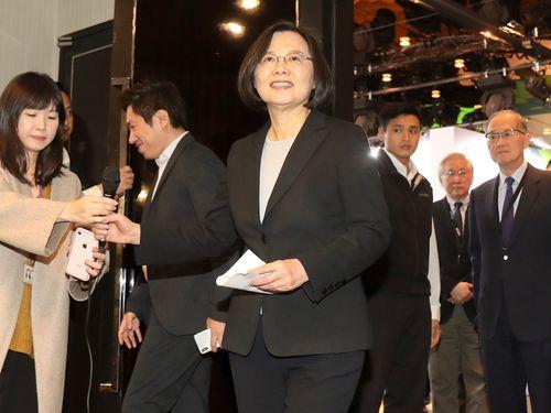 President Tsai Ing-wen (center)