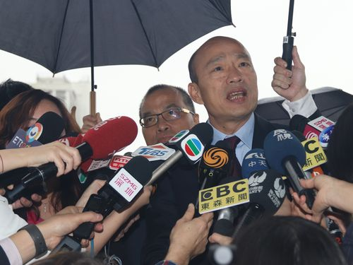 Kaohsiung Mayor Han Kuo-yu (韓國瑜) speaking to reporters in Macau on Saturday.